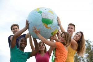 Gripo de jóvenes sosteniendo un globo terraqueo