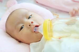 Un recién nacido tomando leche de un biberón