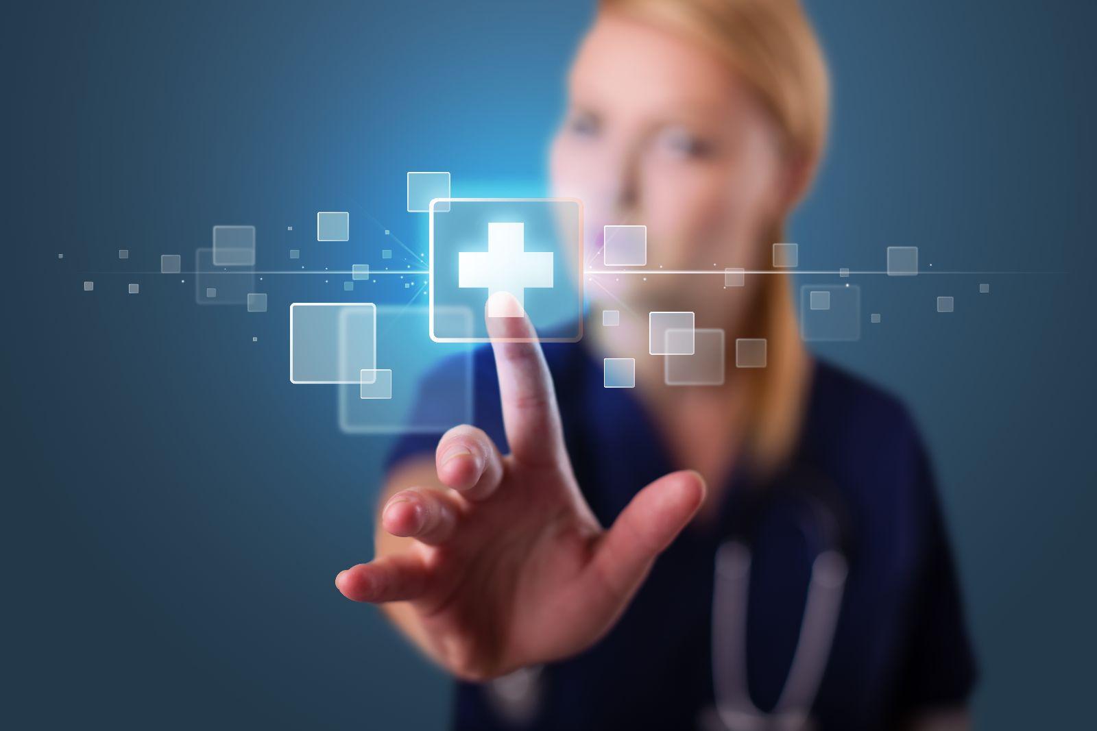 Enfermera tocando pantalla virtual en dond se encuentra icono de hospital