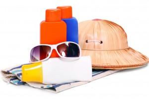 Sombrero lentes oscuros y botellas de plástico