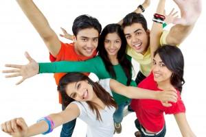 Grupo de personas con los brazos abiertos mirando hacia arriba