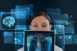 Mujer observando pantallas con parte de cuerpo humano