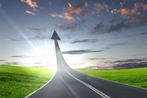 Carretera que se convierte en flecha hacia arriba