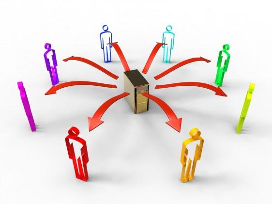 ilustraci+on de una computadora en el centro con ocho flechas que apuntan hacia afuera en done se encuentran iconos de personas