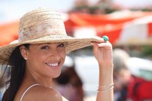Mujer con sombrero en un día soleado