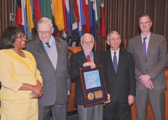 Dra. Carissa F. Etienne, Dr. Donald A. Henderson, Dr. Ciro de Quadros, Dr. Anthony Fauci y Dr. Jon K. Andrus