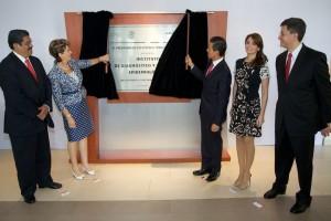 Presidente de México y la Secertaria de Salud de México desplazando una cortina que oculta una placa con el texto de inaguración