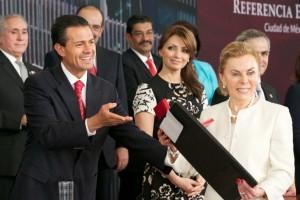 Presidente entrega carpeta negra a doctora Raquel Gerson al fondo publico aplaudiendo