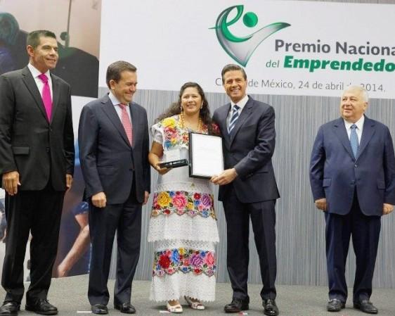 Personas de pie entregando un documento a una mujer