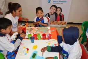 Niños jugando en una mesa de trabajo