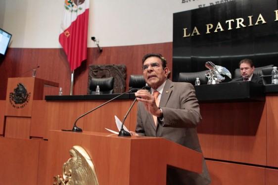 Francisco Salvador López Brito en el atril del Senado de la República
