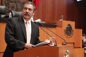 senador Raúl Morón Orozco en el podium del Senado