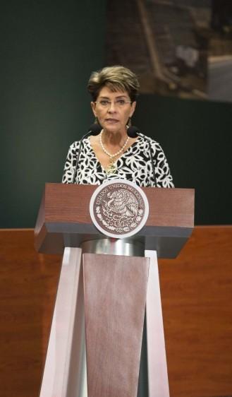 Mercedes Juan hablando en podium