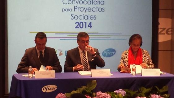 Durante la entrega de premios a agrupaciones sociales, el director general de Pfizer México, Aldo Rees, diciendo unas palabras.