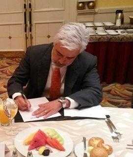 Pablo Dávila, firmando documento