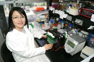 Diana Gabriela Valencia Reséndiz en el laboratorio
