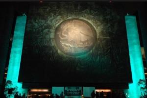 iluminación en color turquesa de la entrada principal del Palacio Legislativo de San Lázaro