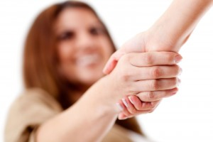 Acercamiento a las manos de dos personas al fondo una mujer