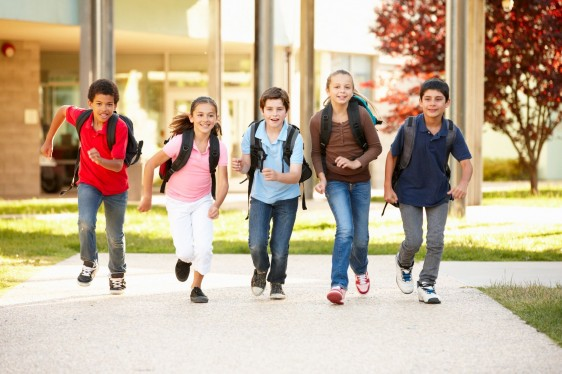 Niños corriendo en el patio de una escuela