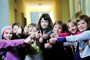 Grupo de niños mostrando el dedo pulgar hacia arriba