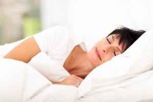 Mujer en sus 40 años acostada y durmiendo