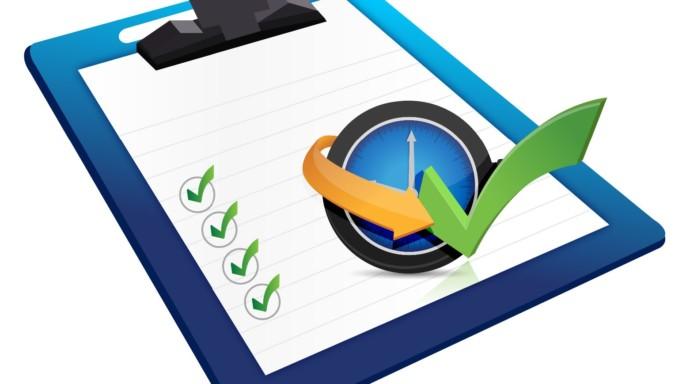 Clipboard con lista de puntos con un reloj
