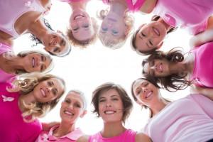 Mujeres con camiseta rosa sonriendo