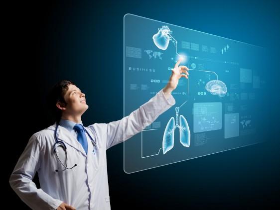;édico usando una pantalla virtual con signos votales de un paciente