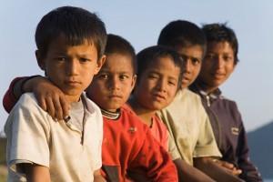 Niños observando a la cámara