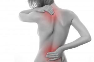 Mujer tocándose la espalda en dos puntos rojos
