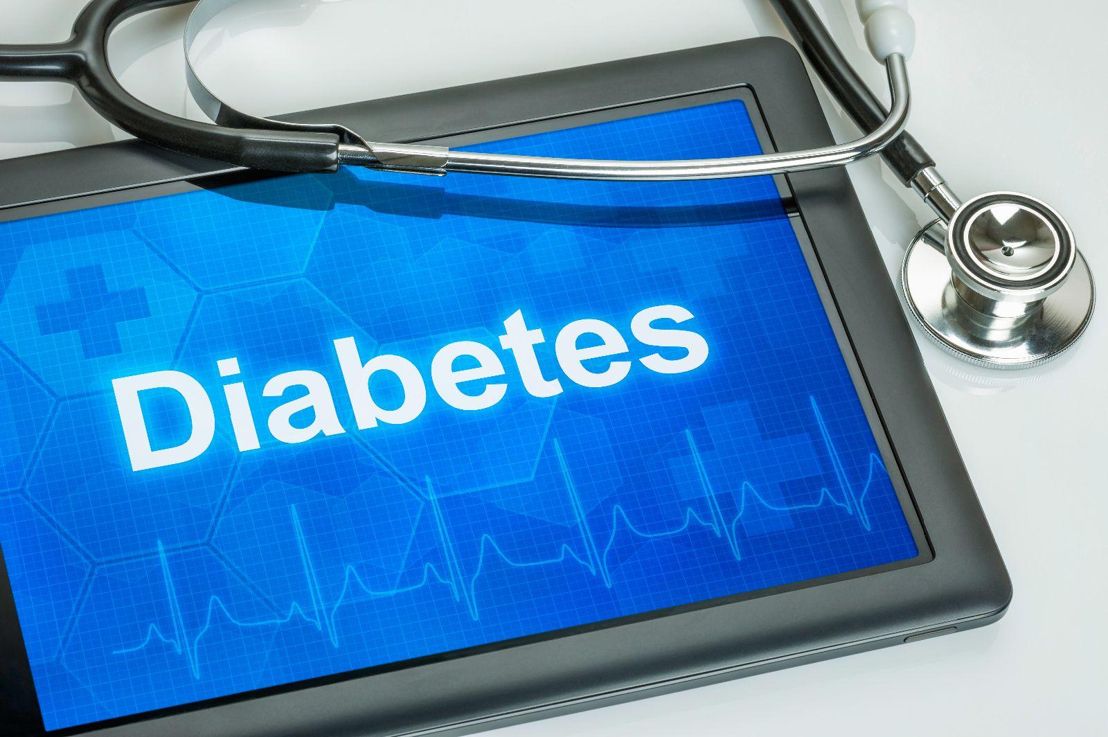 Tablet con la palabra Diabetes y un estetoscopio