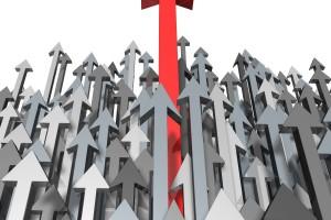 Flechas plateadas hacia arriba destacando una roja por más alta