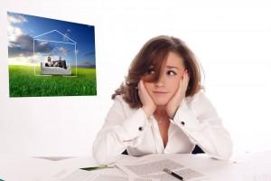 Mujer observando con tristeza un cuadro de una familia en casa