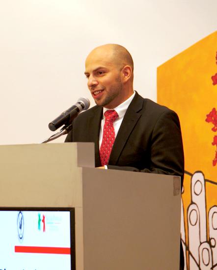Dr. Antonio Rizzoli, en un podium con microfono
