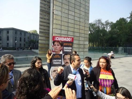 Manifestantes con carteles enfrente de la Secretaría de Salud en Paseo de la Reforma
