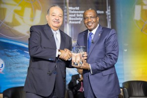Carlos Slim recibe un objeto de cristal de manos de Hamadoun I. Touré