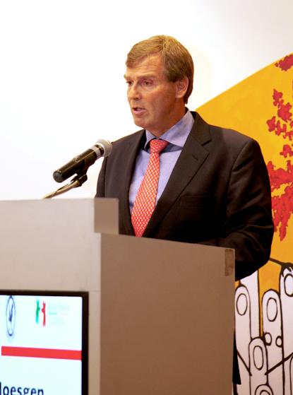 Marco Moesgen enfrente de un podium con microfono