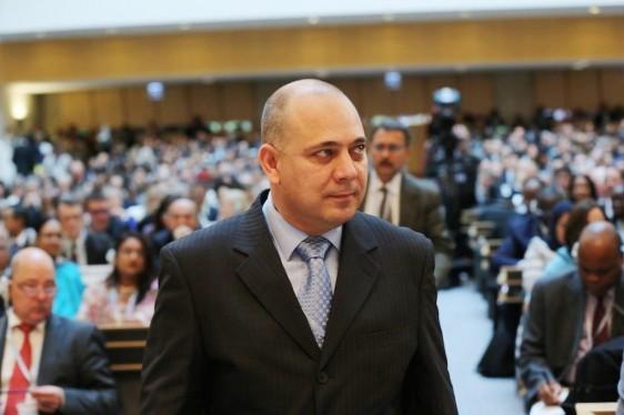 Roberto Morales Ojeda al fondo personas en un auditorio