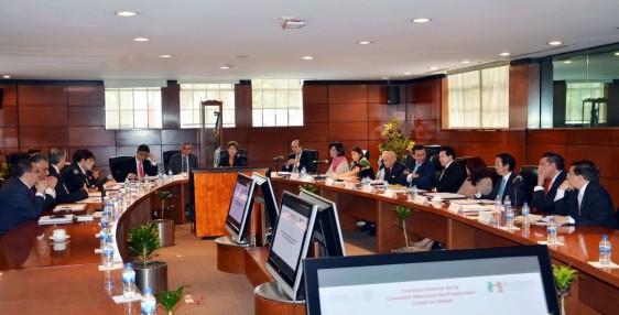 """Secretaria de Salud, Mercedes Juan, y miembros del Consejo Interno de la  Comisión Nacional de Protección en Salud, en la Sala """"Guillermo   Soberón"""" de la Secretaría de Salud"""