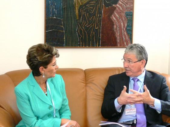 Mercedes Juan, y Houssaine Louardi sentados conversando