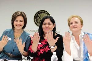 Tres mujeres mostrando sus uñas pintadas de dos colores de turquesa