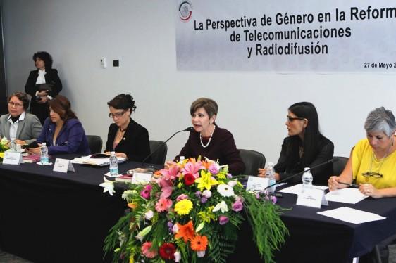 Gripo de mujeres sentadas en una mesa