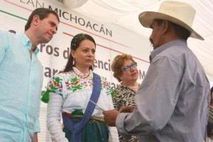 Nuvia Mayorga Delgado, y Alfredo Castillo escuchando a una persona con sombrero