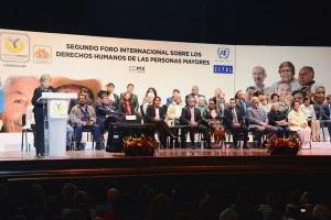 Alicia Bárcena, en el podium al lado personalidades escuchando y atras anuncio del Segundo Foro Internacional sobre los derechos humanos de las personas mayores