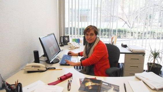 Doctora Gabriela Rodríguez Manzo sentada en un escritorio engfrente de una pantalla de computadora