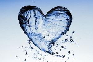 Agua suspendida en el aire con forma de un corazón