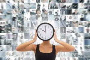 mujer joven con reloj en su rostro al fondon un collage