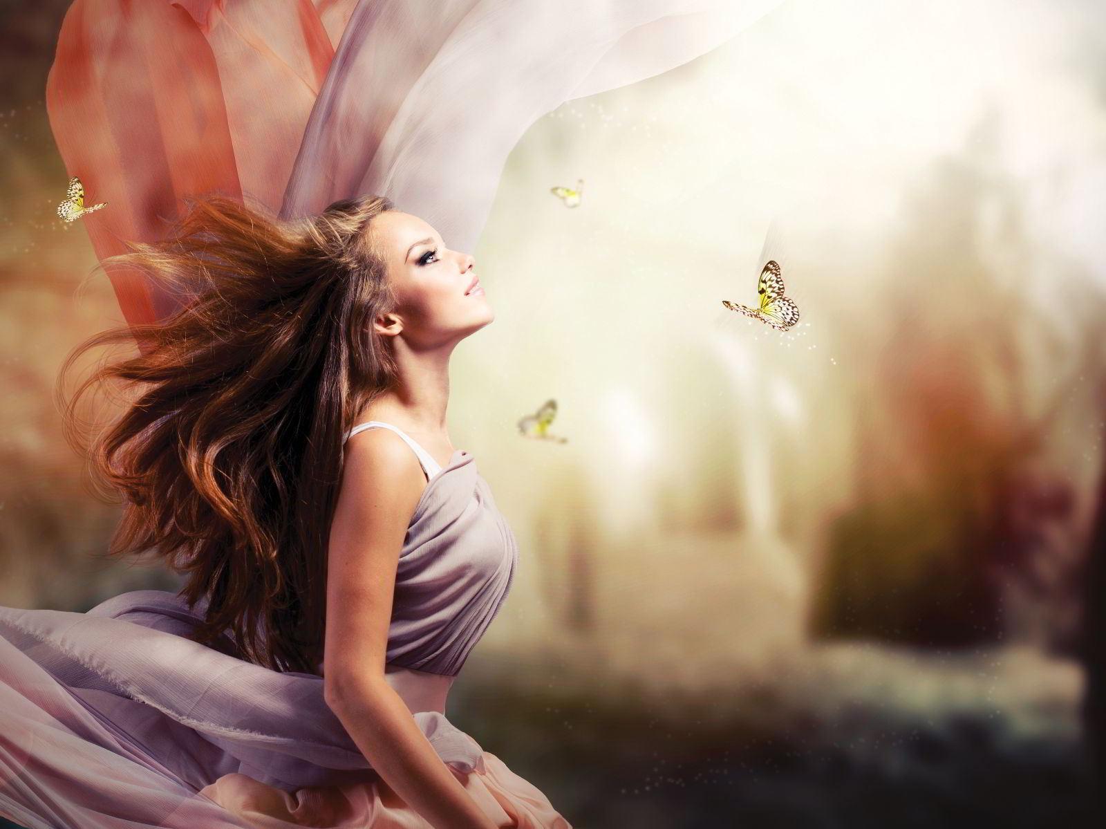 Princesa en un jardín de fantasía con na mariposa
