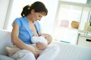 Madre amamantando a bebé