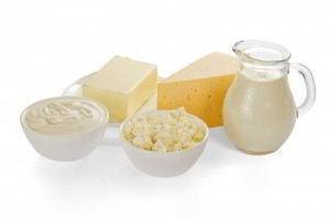 crema agria, queso cottage, leche, queso y la mantequilla, aislado en blanco